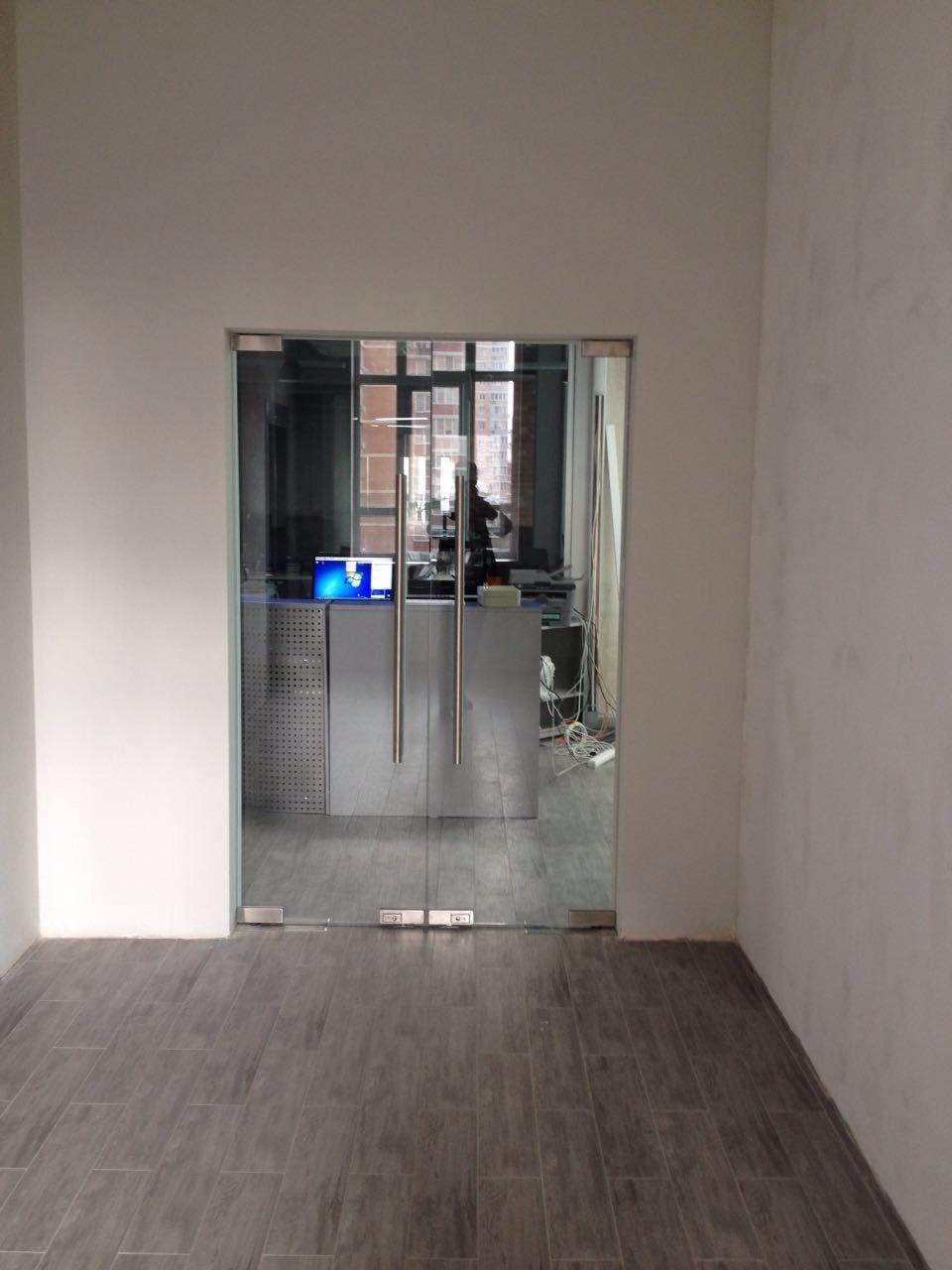 стеклянные двери в офисе