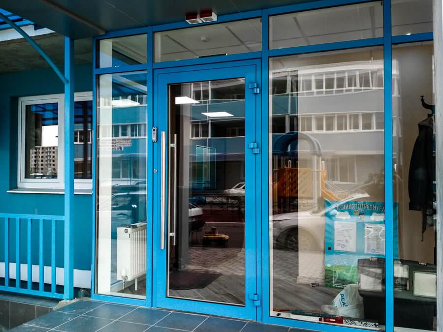 алюминиевые двери цветные